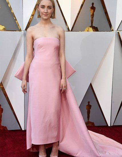 Manchmal ist weniger mehr, wie Saoirse Ronan in diesem klassischen pinkfarbenen Calvin-Klein-Dress a la Marilyn Monroe zeigt.