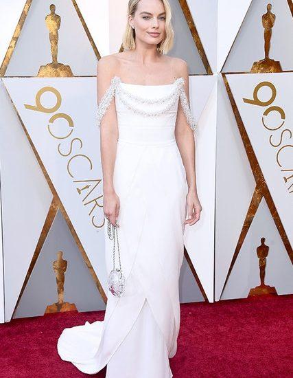 Während Weiß oft ziemlich langweilig sein kann, ist Margot Robbie in ihrer Chanel-Robe alles andere als das.