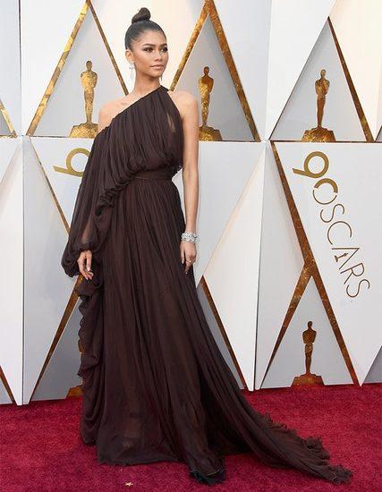 Wir sind überzeugt, dass nur Zendaya dieses braune Giambattista Valli Couture Chiffon-Göttinnenkleid bringen kann.