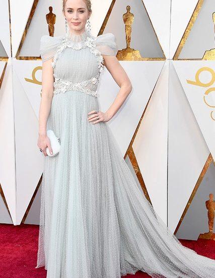 Emily Blunt ist ebenfalls eine märchenhafte Göttin in diesem Schiaparelli-Kleid.