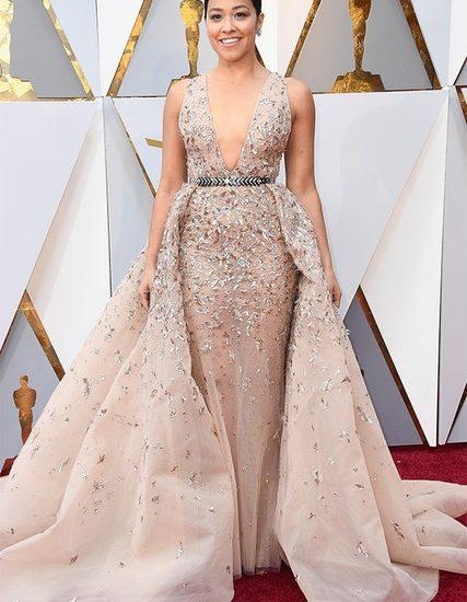 Eine Möglichkeit, ein Nude-Kleid zu verstärken, besteht darin, Kristalle, extra Stoff und einen glitzernden Gürtel hinzuzufügen. Fragt einfach Gina Rodriguez in Zuhair Murad Couture.