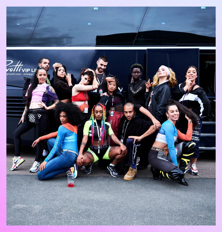 Nura mit den Tänzern von House of St. Laurent