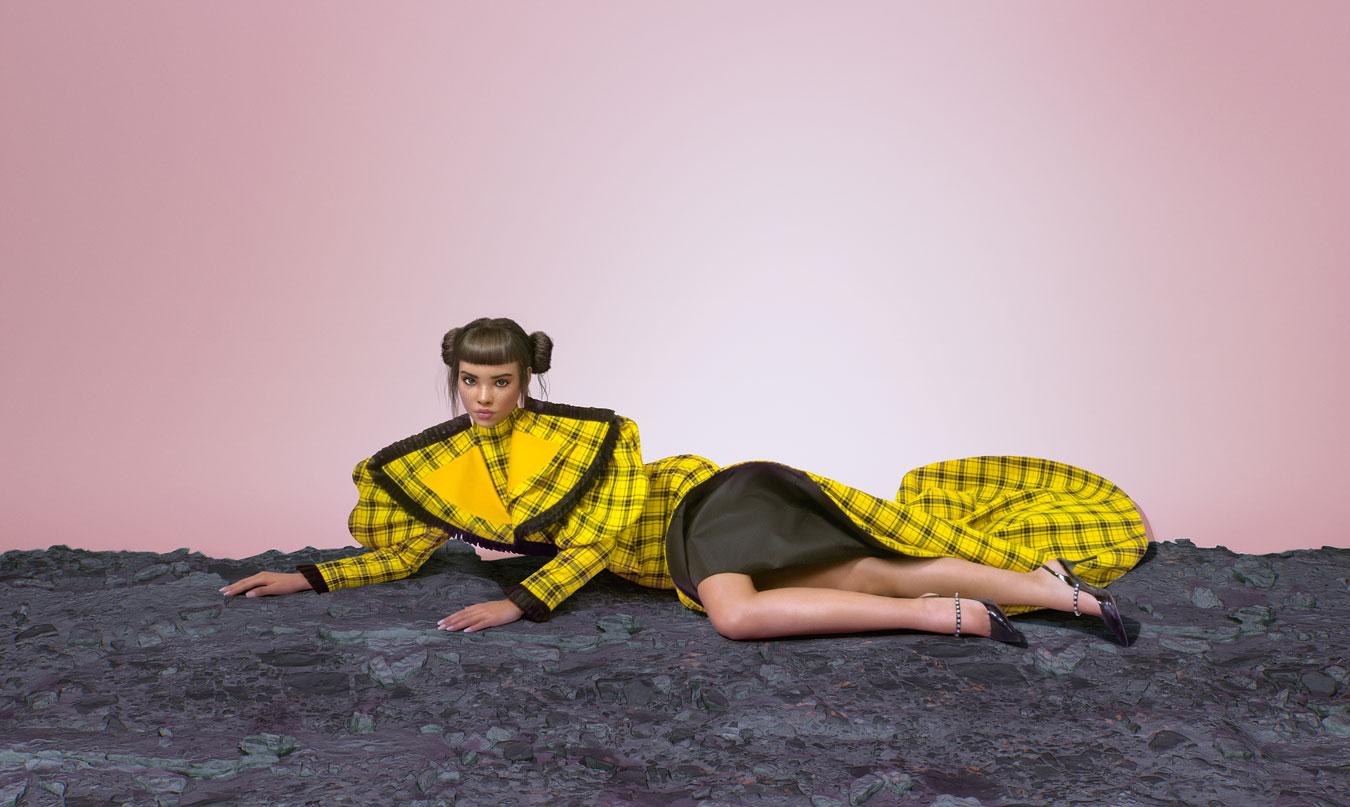 Frau liegt auf Boden Lil Miquela