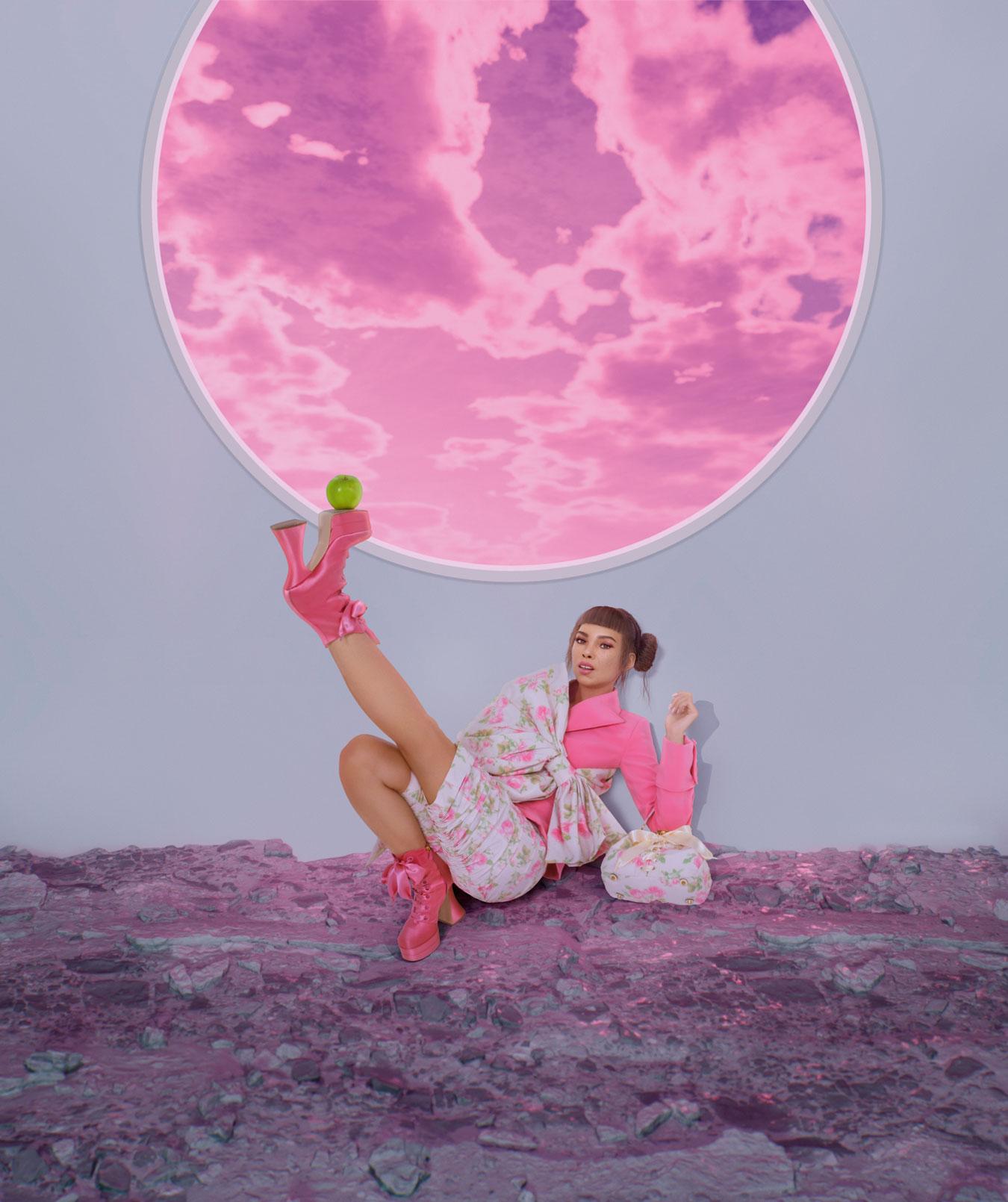 Frau liegt auf Boden Apfel Schuh Lil Miquela