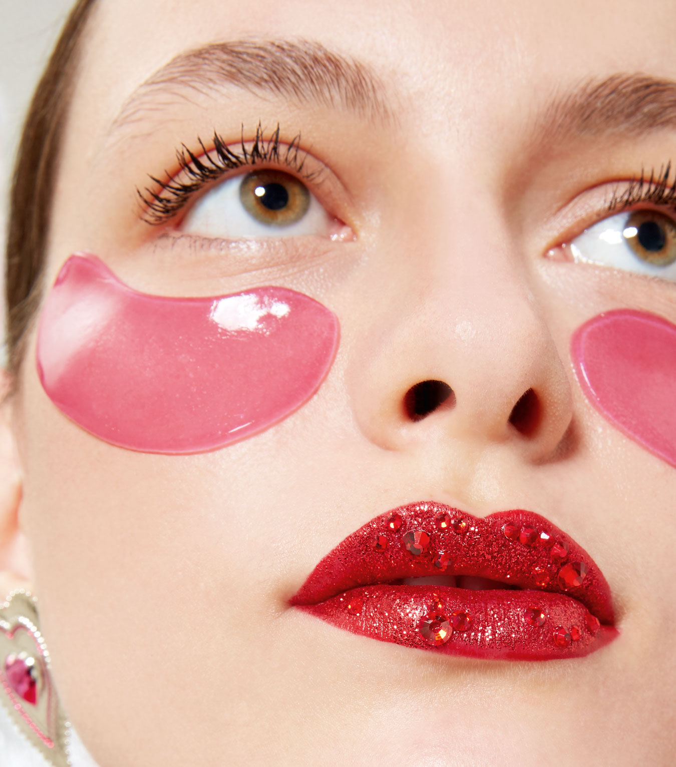 frau mit roten lippen und eye pads woman with red lips and eye pads klarna app