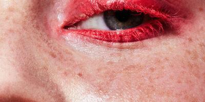 Wer's monochrom mag, setzt im Herbst auf rote Lippen, Wimpern, Wangen und Nägel