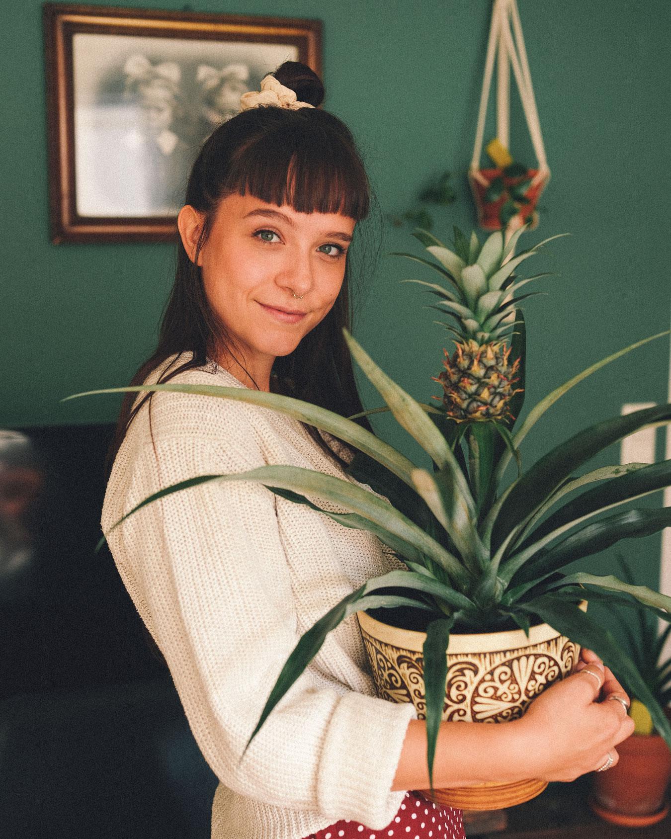 Frau trägt Pflanze Bromelien Junestorm