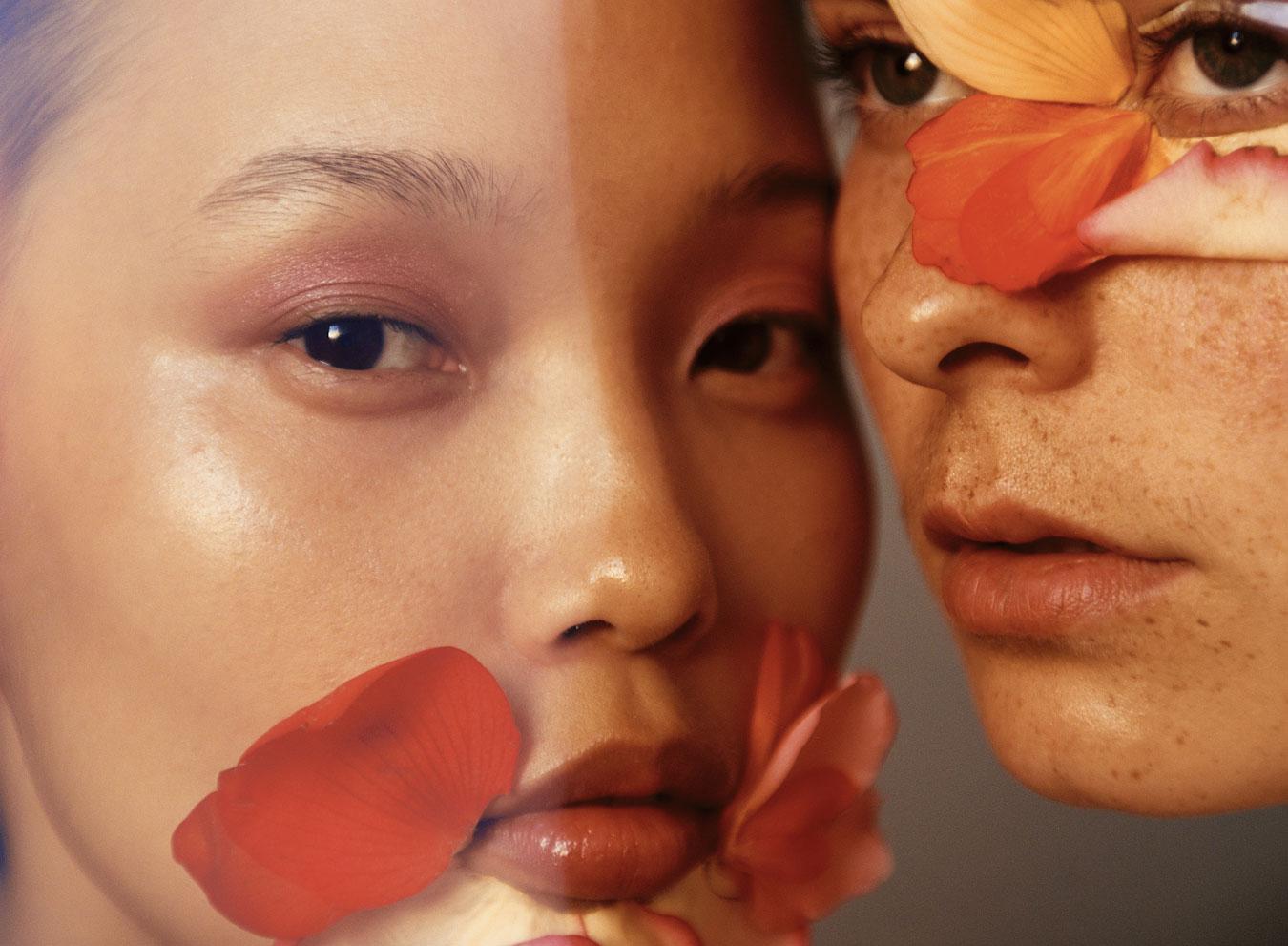 Clean Beauty zwei Frauen mit Blumenblättern im Gesicht