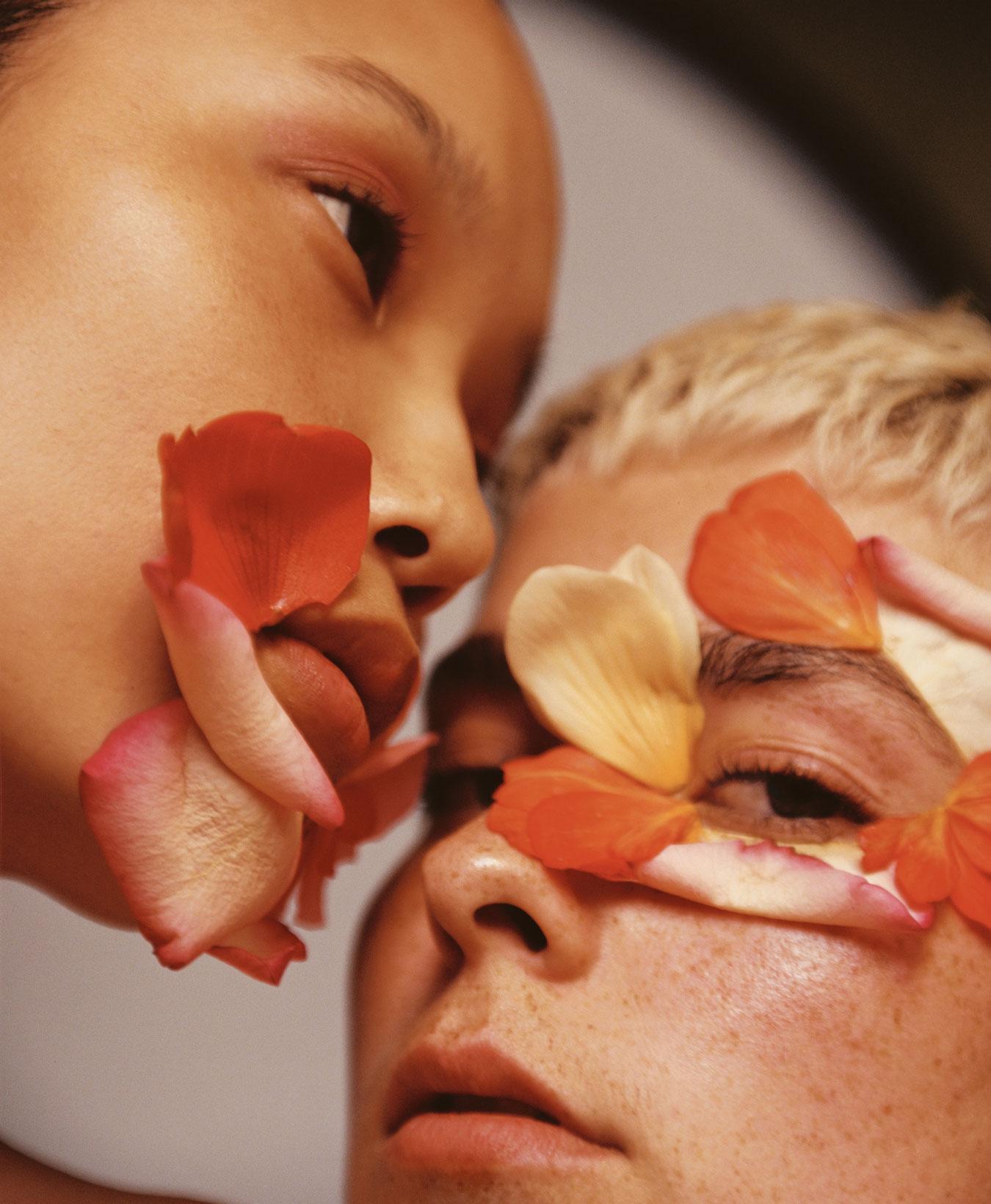 Clean Beauty zwei Frau mit Blumenblättern im Gesicht